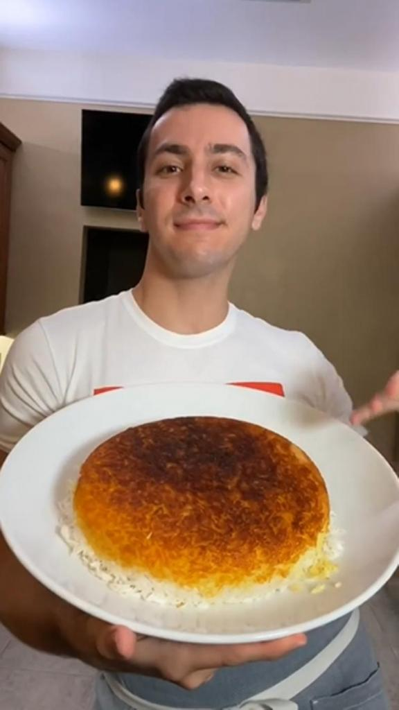 Сын скоро уезжает жить в общежитие. Научила его готовить бюджетный рисовый пирог: один из этапов – дождаться, пока крупа немного подгорит