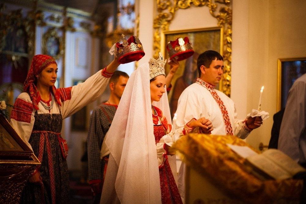 В старину во время свадьбы на шею невесты повязывали нить. Спустя время с ее помощью легко определяли наступившую беременность