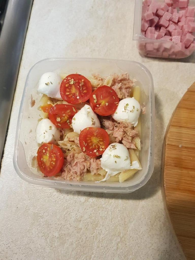 Если очень голодна, готовлю сытный салат из макарон, сыра и помидорок черри: получается вкусно и питательно