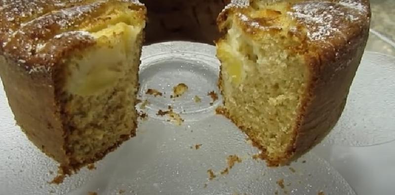 Часто пеку пончик с яблоками и щепоткой корицы, получается высокий и очень вкусный: домочадцы обожают этот десерт