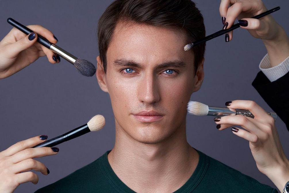 Усталых глаз больше нет: мужской макияж становится популярным в наше время