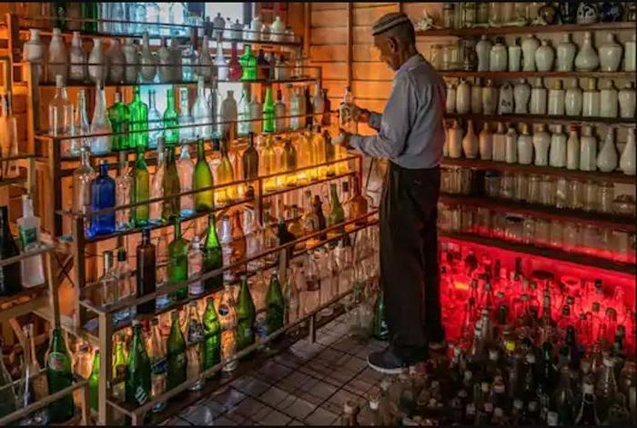 74-летний мужчина 15 лет собирал бутылки, вымытые на берег моря: 9000 экземпляров он выставил в деревянном «музее»