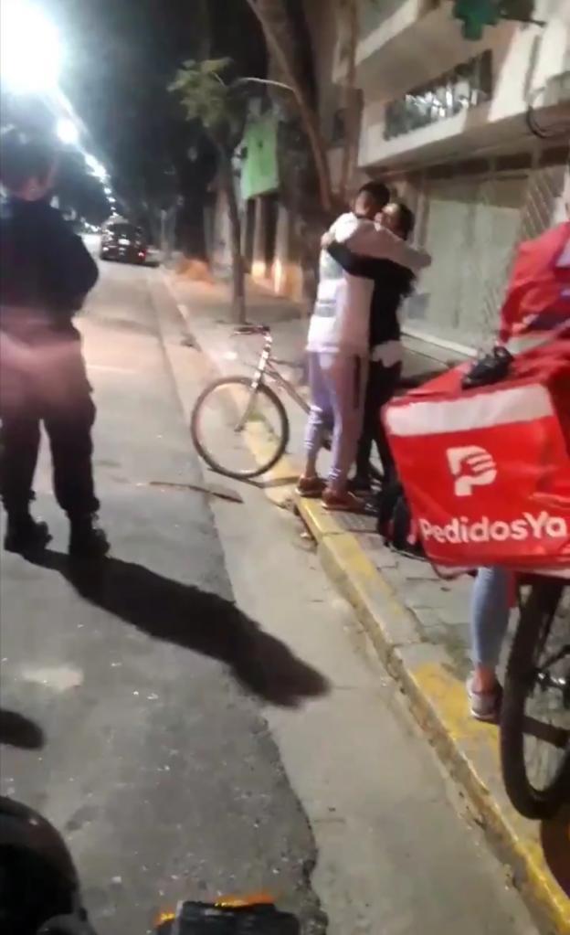 У доставщика еды украли велосипед: девушка, которой он доставил заказ, решила подарить ему свой