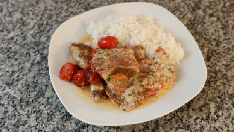 Куриная грудка по моему рецепту всегда выходит сочной и очень вкусной: щедро посыпаю филе паприкой, кладу помидоры и заливаю кокосовым молоком