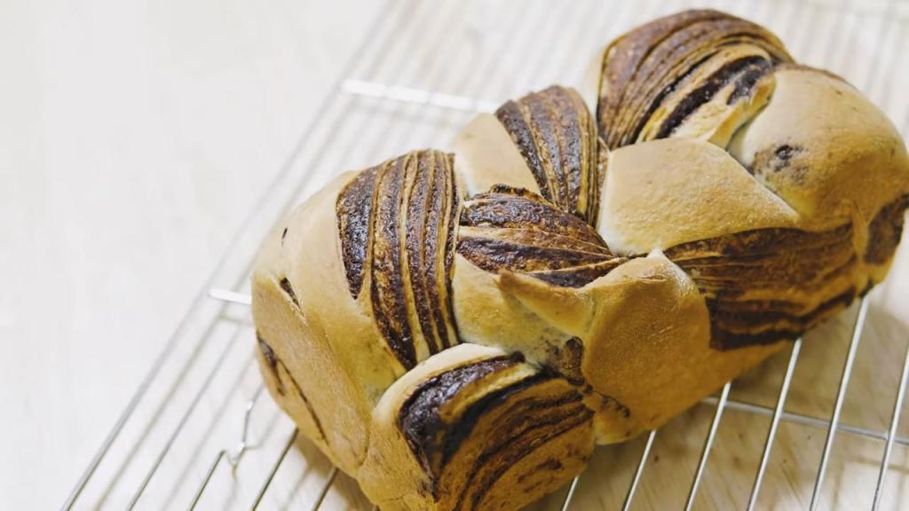 Каждые выходные пеку шоколадно-мраморный хлеб по рецепту из японского ресторана Akino Kitchen. Готовить легко и гостям подать не стыдно