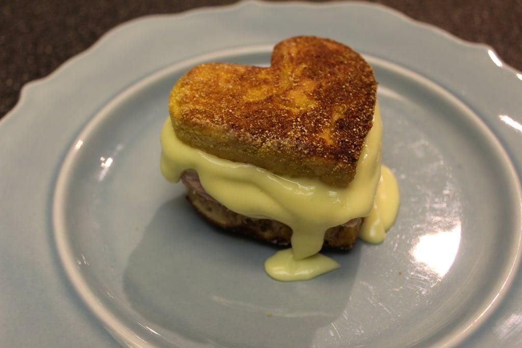 Вторую половинку решила порадовать завтраком в постель: приготовила сэндвич в виде аппетитного сердечка