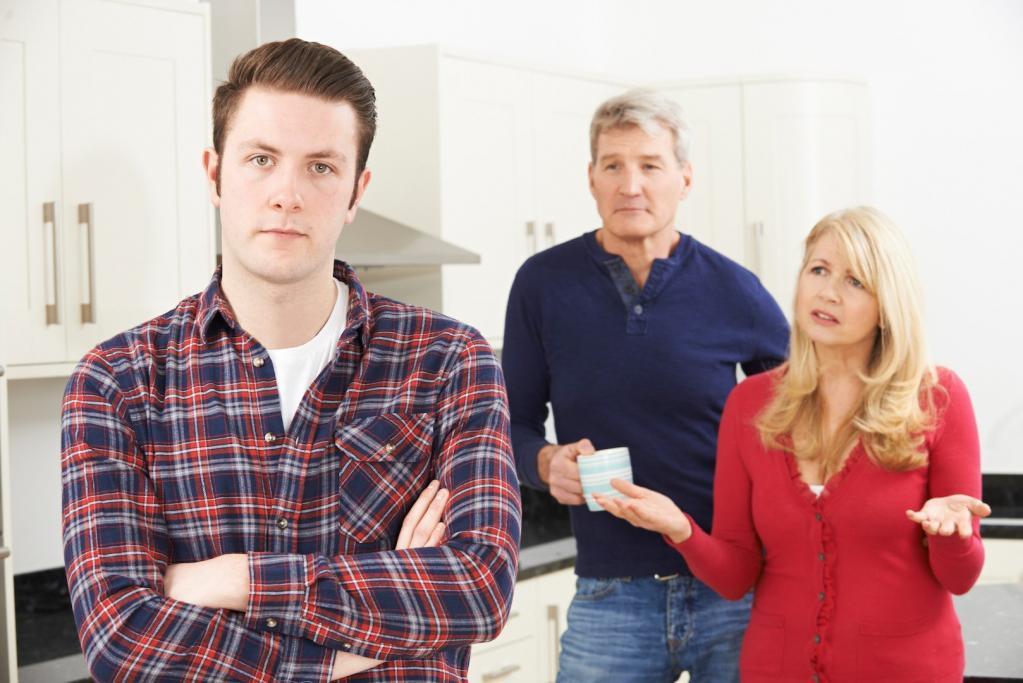 Когда подростку исполнилось 17 лет, отец потребовал, чтобы он съехал из дома или платил арендную плату: спустя годы сын вспомнил урок родителей