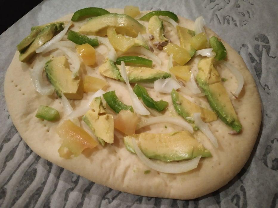 К вечеринке с друзьями подготовилась заранее: приготовила сочную пиццу с авокадо, специями и сыром