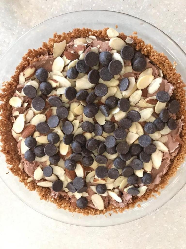 Кокосово-миндальная корочка, мороженое и шоколад: на десерт приготовила вкусный пирог