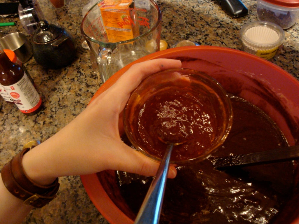 Шоколад с перцем – мое любимое лакомство, но я решила зайти дальше и приготовила шоколадные кексы с острым соусом