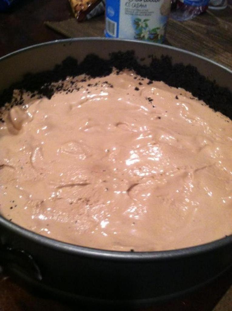 """Торт-мороженое с вафлями и печеньем """"Орео"""": лакомство выглядит очень празднично и аппетитно"""