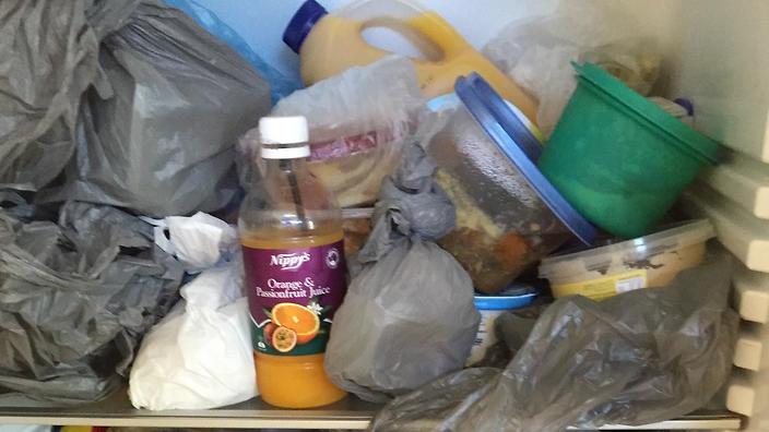 """Парень не выдержал и опубликовал фото того, как его девушка """"раскладывает"""" продукты в холодильнике после шопинга"""