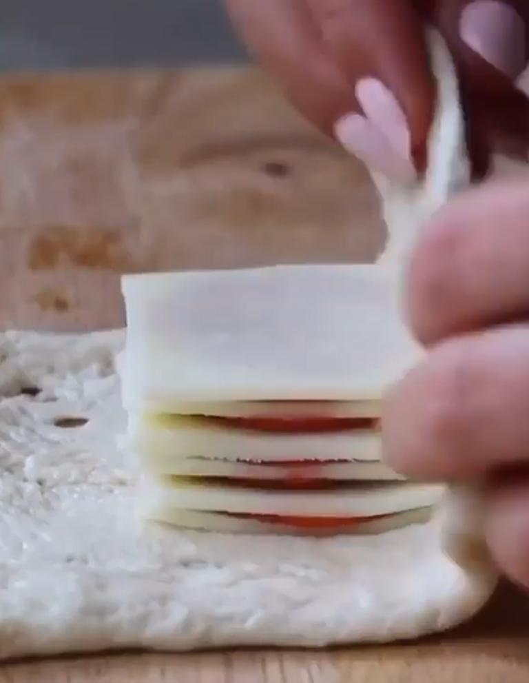 Строю башню из сыра и салями, а потом заворачиваю в тесто: в моей семье предпочитают пирожки только с такой начинкой