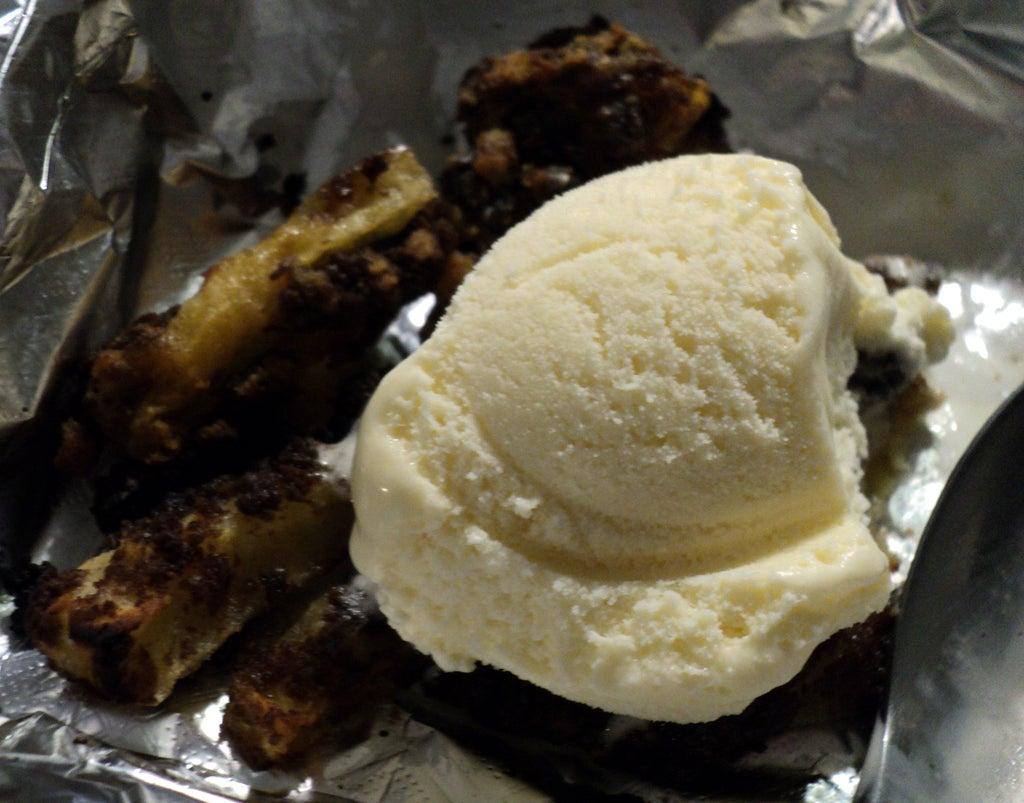 На десерт приготовила яблочные дольки, жаренные во фритюре: в качестве панировки использую раскрошенное печенье