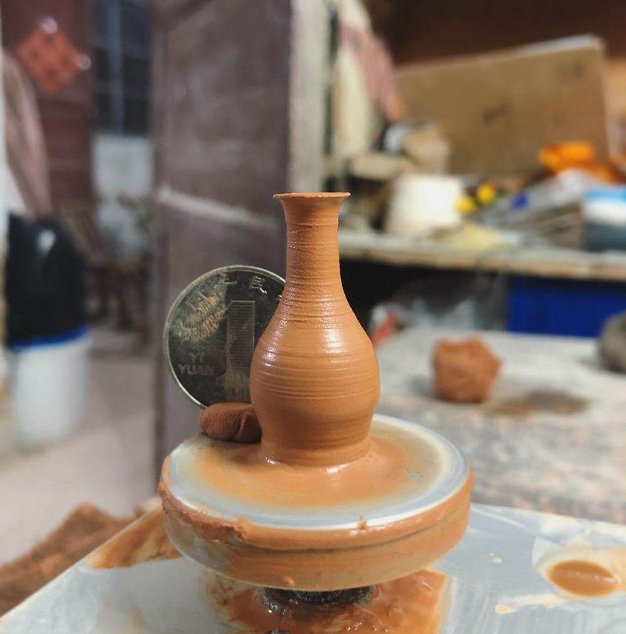 Девушка-блогер создает миниатюрную посуду из керамики, которая помещается в ладони. Цветовую гамму она черпает из окружающего мира