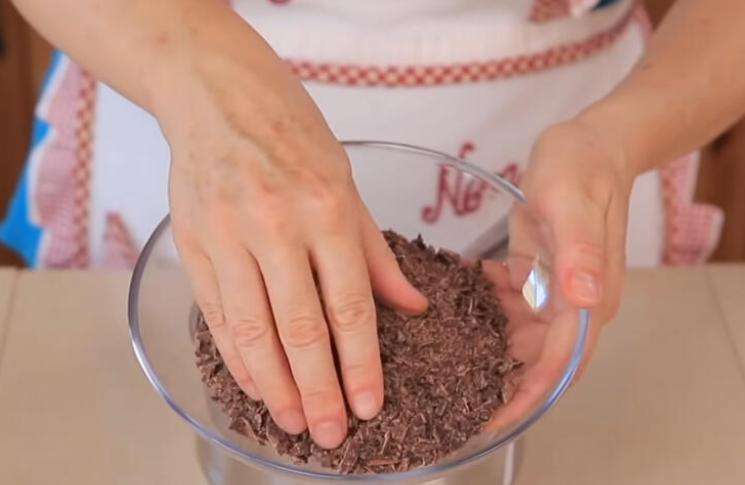 Покупаю в кондитерской с полкило пустых профитролей и готовлю из них шоколадный торт-мороженое: выглядит просто, но на вкус, как эскимо