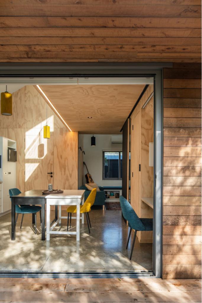 Здесь есть все для комфортной жизни: на месте гаража архитектор построил домик в форме куба размером 6 х 6 м