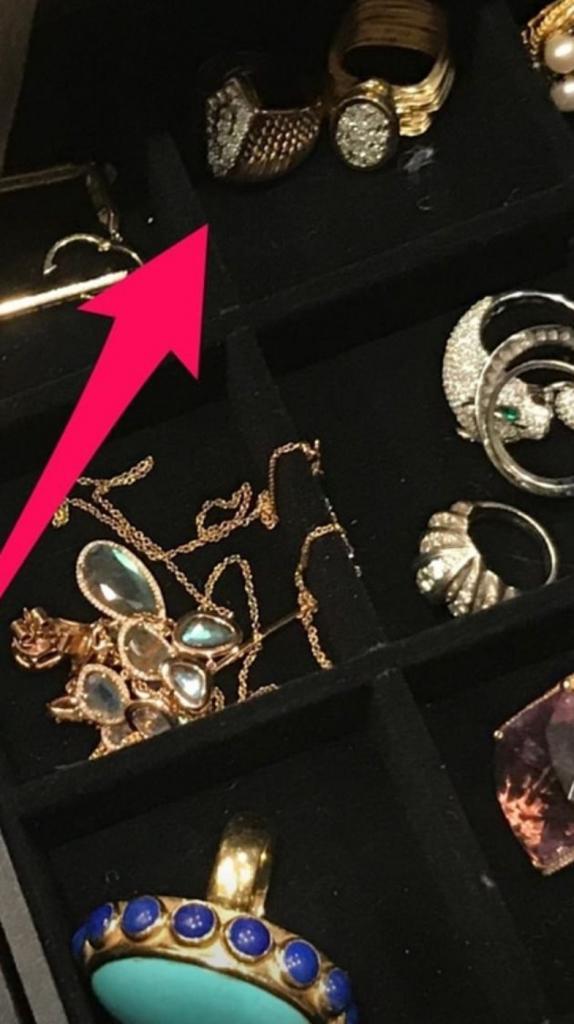 Глазам своим не поверила: американская актриса увидела на руке гадалки семейное кольцо, украденное 2 года назад