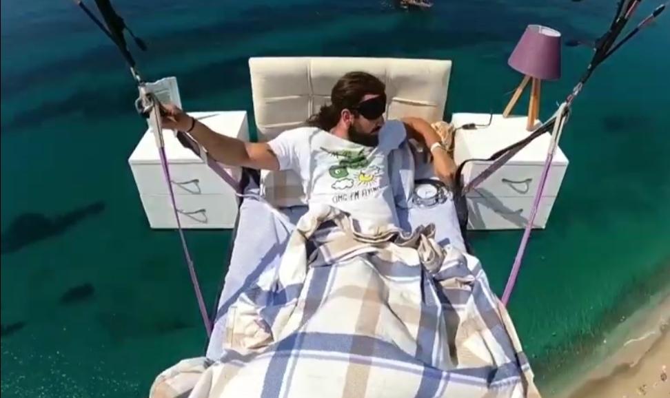 Турецкий парапланерист уже совершал полет на диване: его полет на кроватке стал не менее популярным (видео)