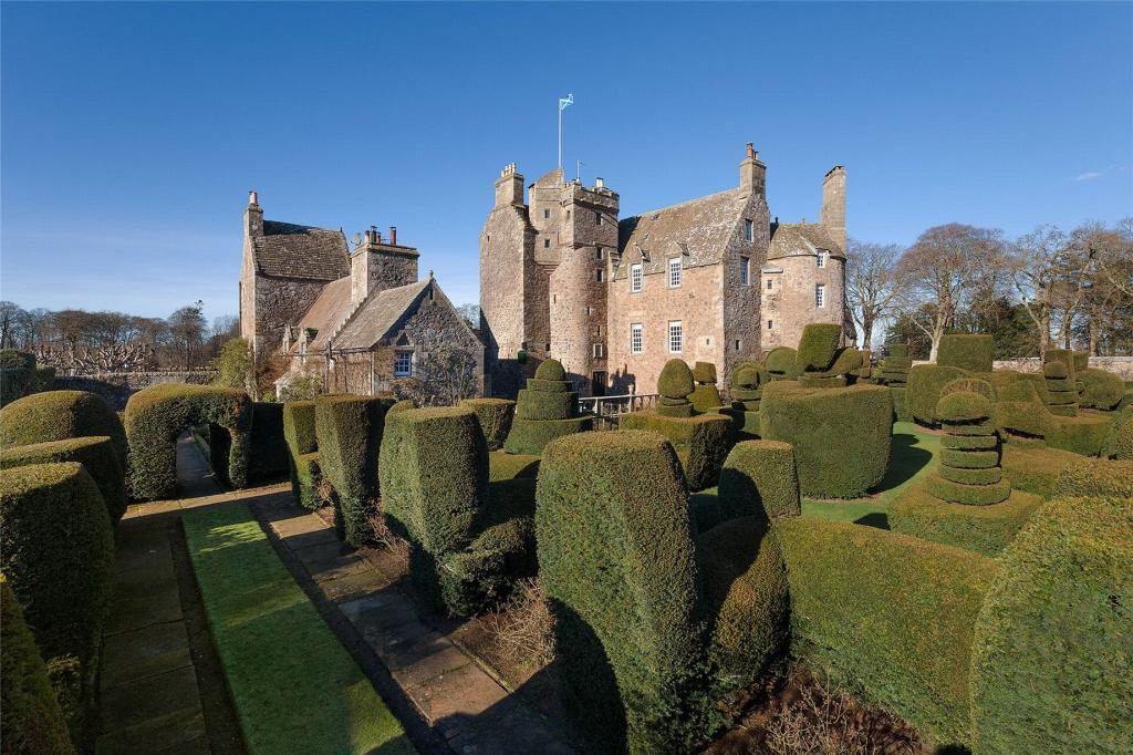 Замок недалеко от Эдинбурга, в котором жили Роберт Брюс и королева Шотландии Мария Стюарт, выставлен на продажу