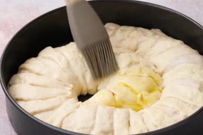 Заворачиваю начинку в рулет и выкладываю спиралью: так пиццу не готовит ни один мой знакомый