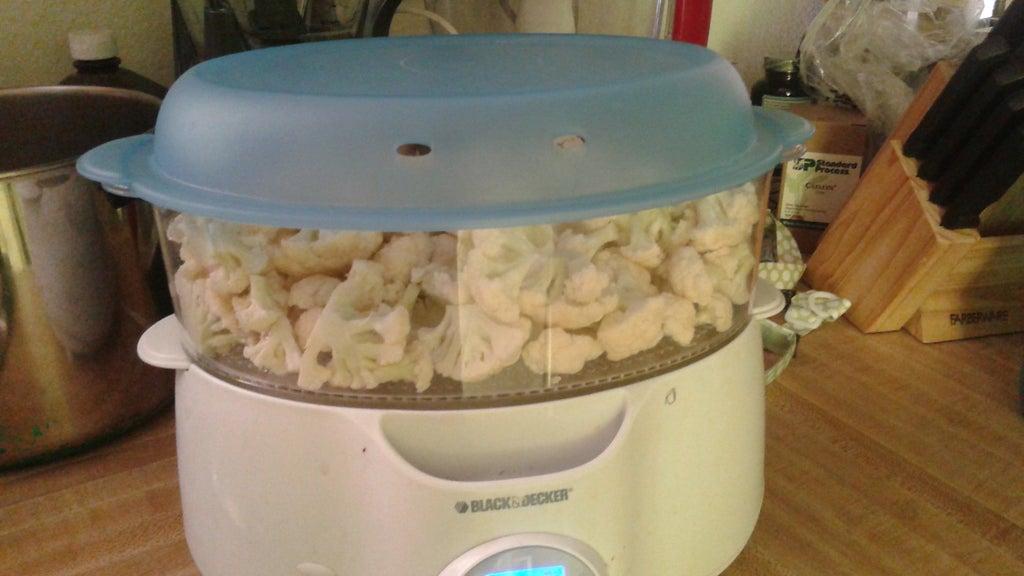 На день рождения не обязательно печь сладкий торт: приготовила мясное лакомство с розочками из бекона