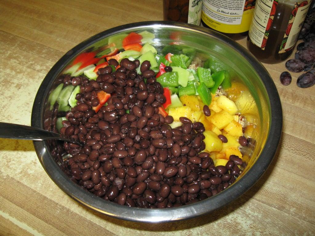 На гарнир подаю киноа с фасолью и кусочками сочного манго: тропический фрукт идеально гармонирует с крупой и бобами
