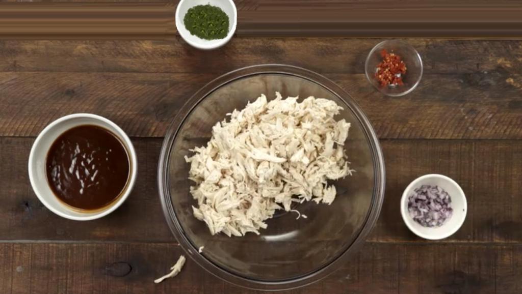 Горячий багет, фаршированный курицей, кинзой и сыром: незаменимая закуска для большой компании