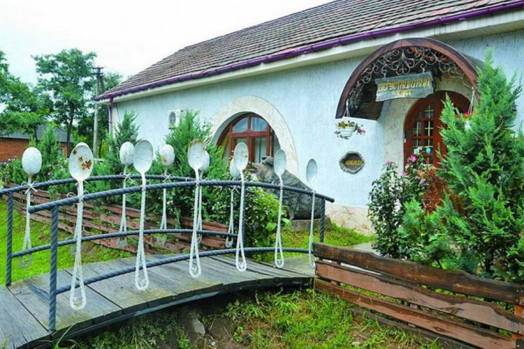 Гостила у родственников в Закарпатской области и увидела, как готовится местное сливовое варенье леквар. Это целый ритуал с многовековой историей