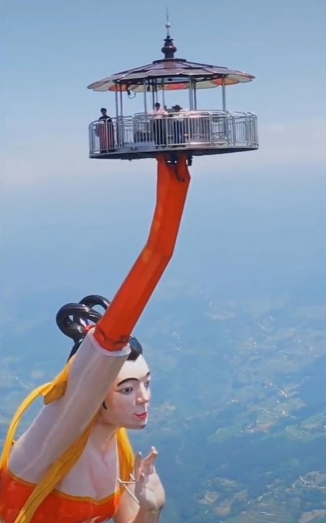 """На краю обрыва, 1200 метров над землей: в Китае открыли аттракцион """"Летающий поцелуй"""" (видео)"""