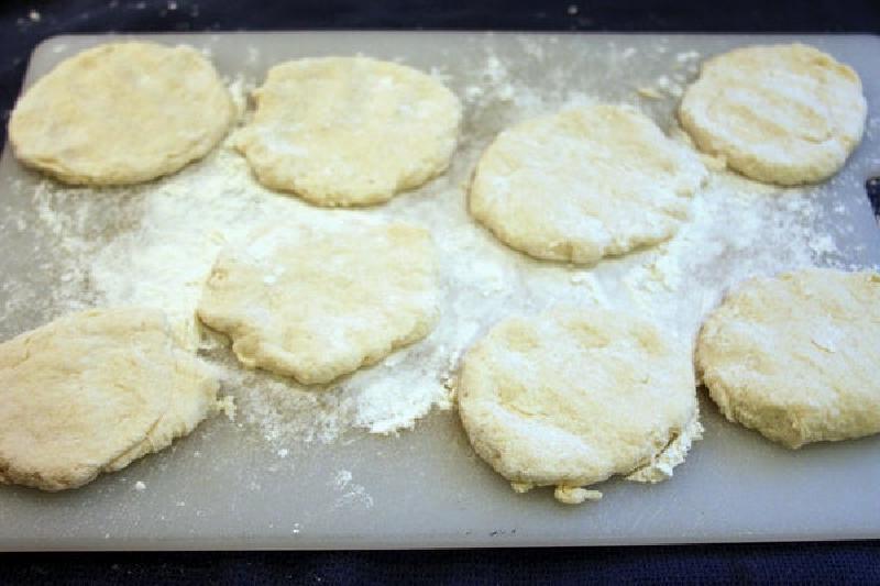"""Мини-версия легендарной пиццы """"Пепперони"""": готовим воздушные булочки с начинкой из сыра и салями"""