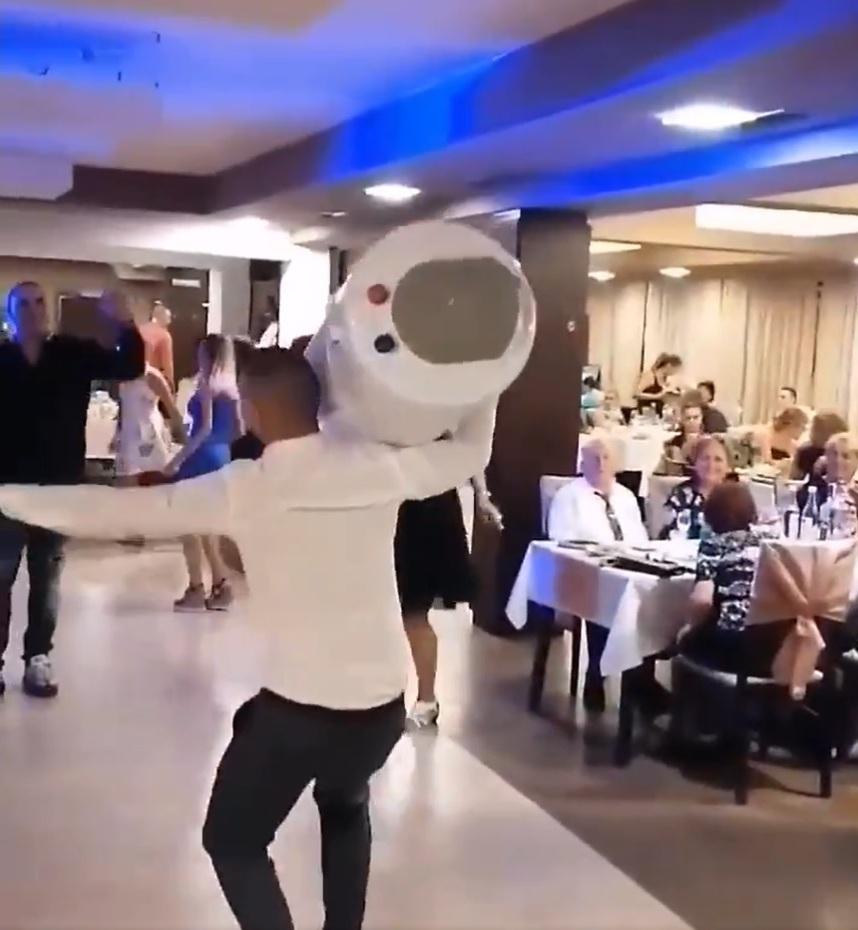 Водонагреватель от кума. На свадьбе молодожены получили необычный подарок: видео