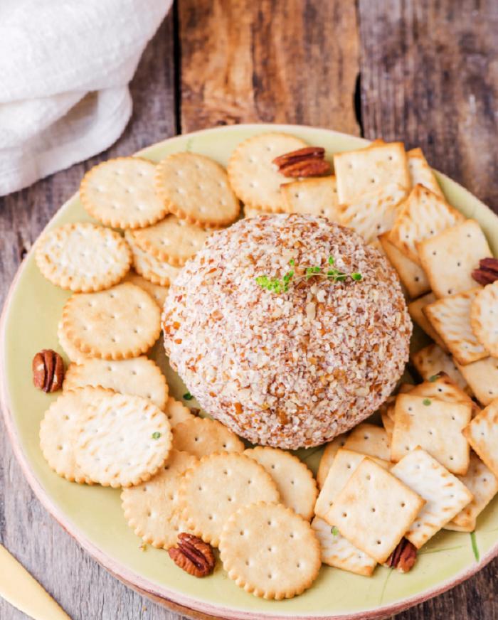 Оригинальная ароматная закуска: готовим сырный шар с орешками