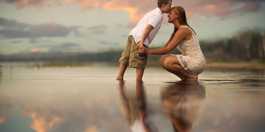 Мальчик целую маму в лоб