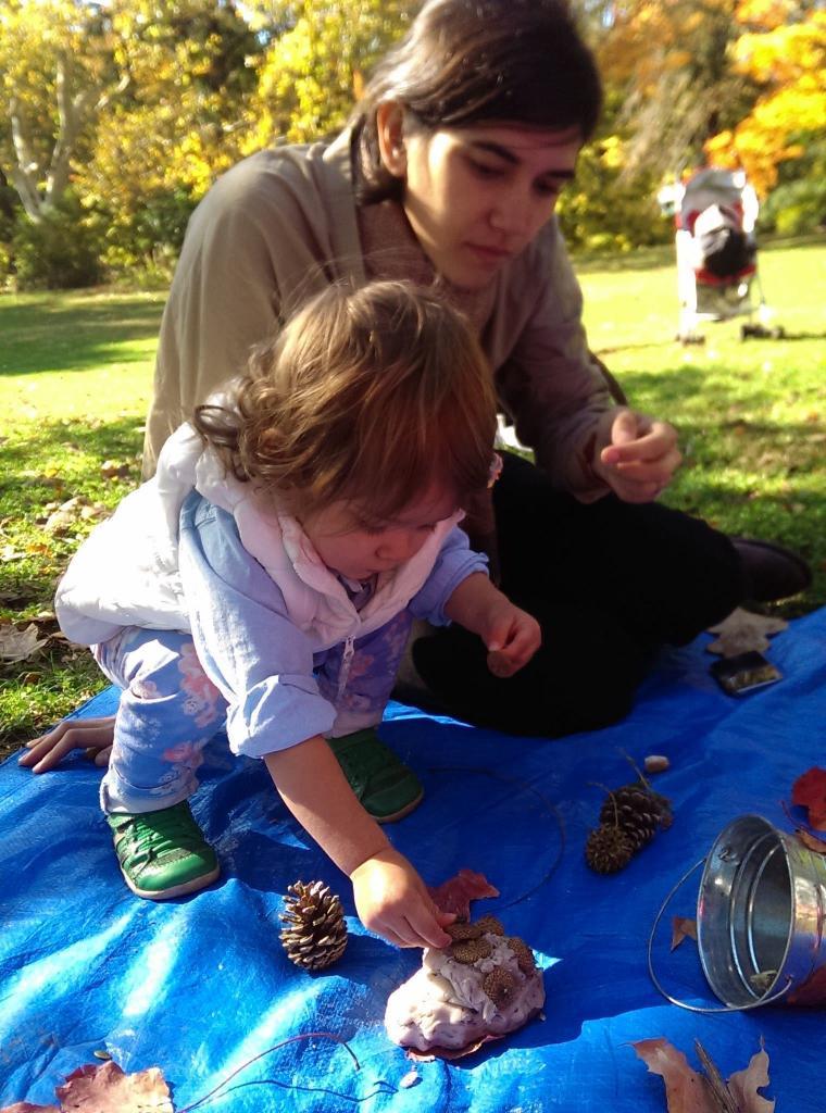 """Чем занять детей на прогулке: сделайте дома пластилин из теста и превратите его в """"волшебный пластилин лесных фей"""""""