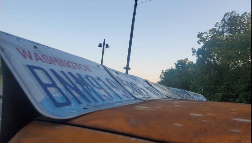 Уникальный автомобиль: на побитой ржавчиной Toyota Camry расширители крыльев сделаны из номерных знаков