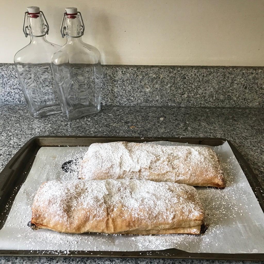 Яблочно-миндальный штрудель: простой рецепт классического десерта с добавлением клюквы