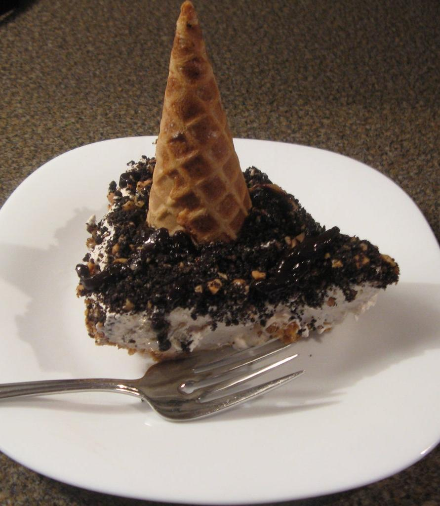 Сладкий пирог, не требующий выпекания: начинка из сливочного сыра делает лакомство нежным, а вафельные рожки придают необычный вид