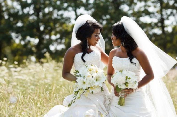 Две красавицы-близняшки вышли замуж за близнецов. Их дети очень похожи между собой (фото)