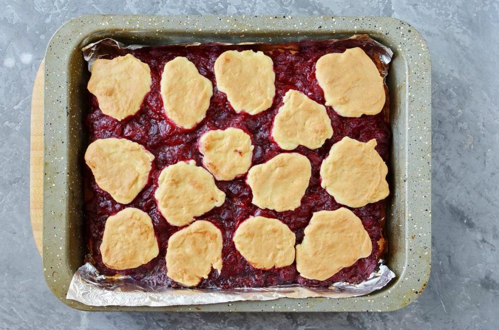 Нашла в кладовке баночку вишневого варенья и испекла пирожные с глазурью. Семье так понравилось, что теперь специально буду консервировать ягоды