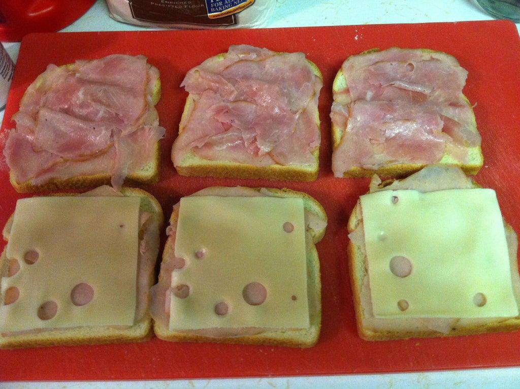 Гости на пороге, а предложить им можно только бутерброды? Выход есть: из бутербродов с ветчиной и сыром готовлю сочную закуску