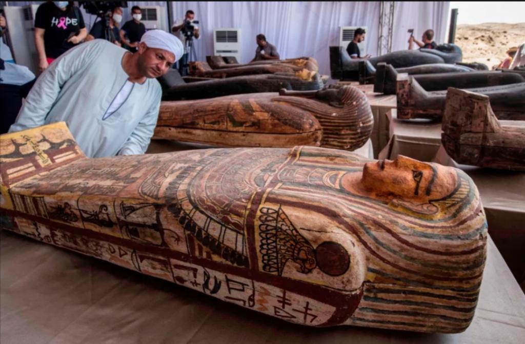 Археологи вскрывают древнеегипетские гробницы: как они выглядят после 2500 лет хранения