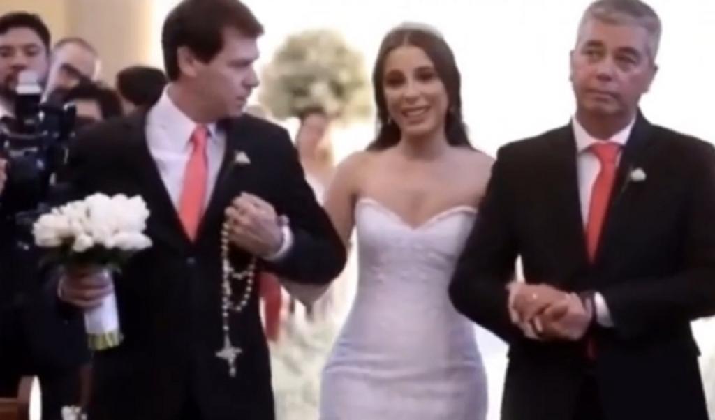 Невеста пошла к алтарю под руки сразу с двумя мужчинами и озадачила гостей