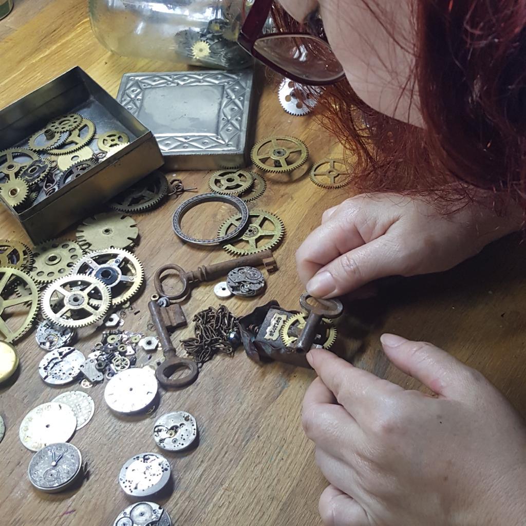 Из ржавых гвоздей, часовых механизмов и других диковинок девушка создает уникальные в своем роде украшения (фото)
