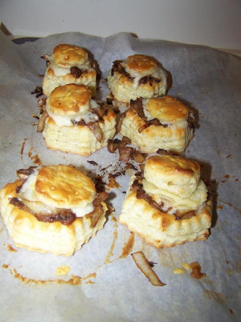 Сочные тарталетки с карамелизированным луком и грибами: оригинальная закуска на праздничный стол