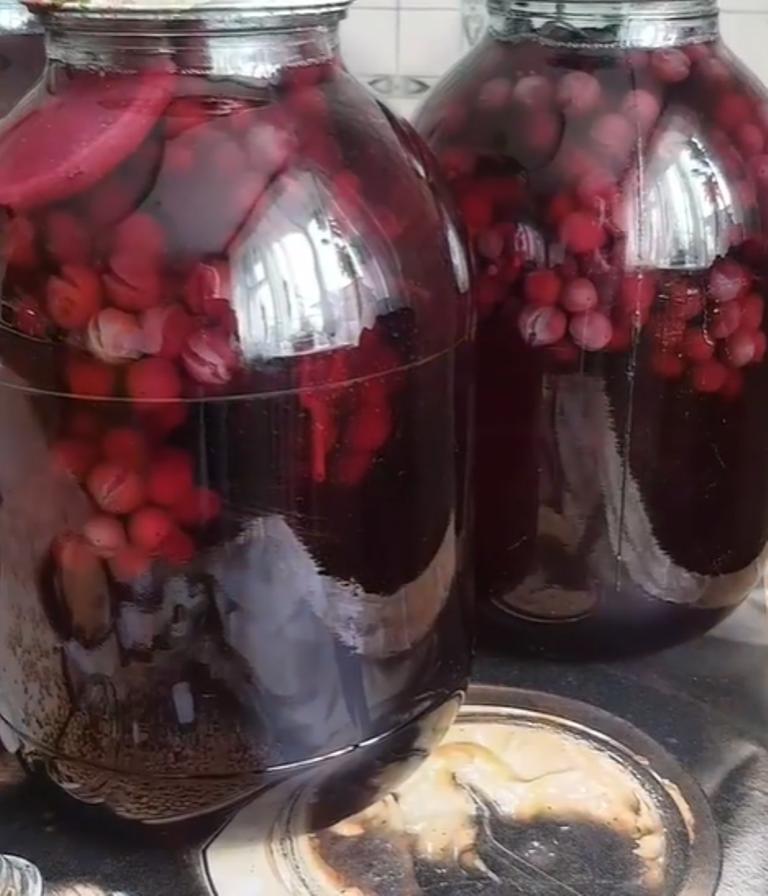 Все домашние с нетерпением ждут зимы, чтобы открыть мой знаменитый компот из винограда: сейчас самое время для закатки
