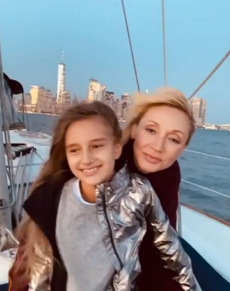 Кристина Орбакайте радует подписчиков постами о том, как она проводила семейный отдых в Нью-Йорке: ее дочь Клава – вылитая мама (видео)