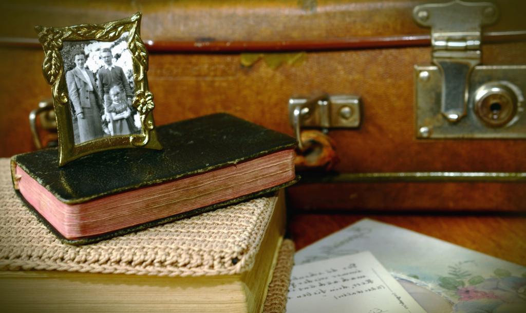 В наследство мать оставила не только квартиру: в кладовой был спрятан старый чемодан, полный денег