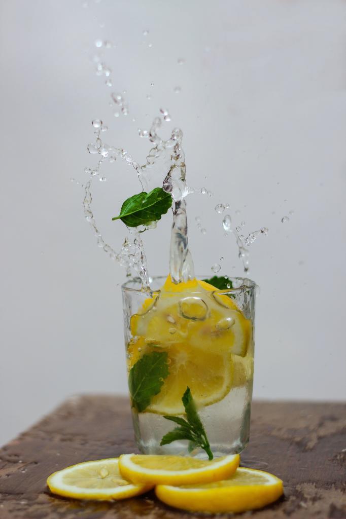Ароматизируйте питьевую воду травами или цитрусовыми. Как победить сахарную привычку: 8 советов