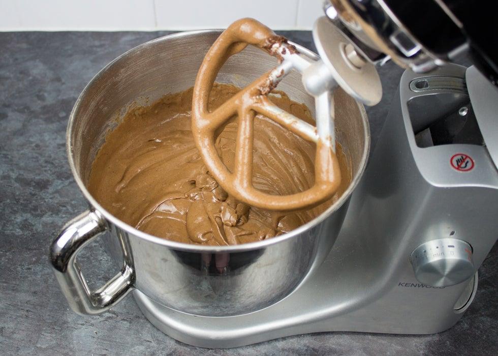 Торт, который идеально подойдет для осеннего торжества: шоколадное лакомство с цветными листиками